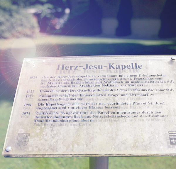 Schild vor der Herz-Jesu Kapelle